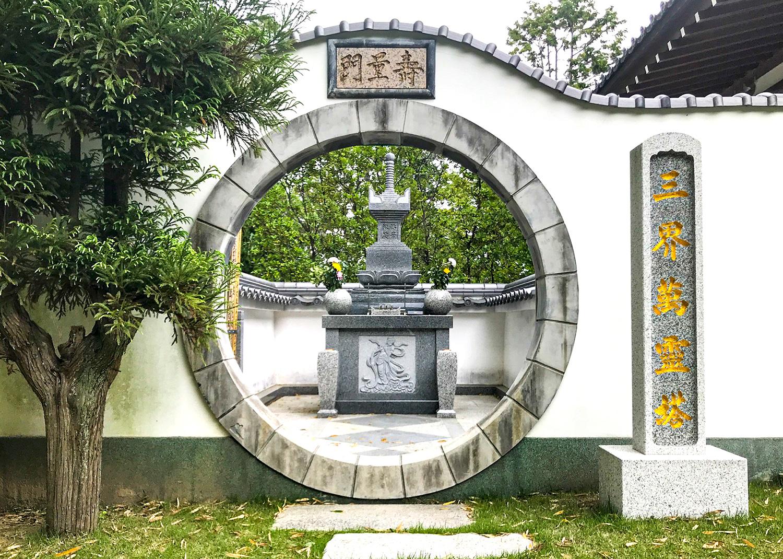 三界萬霊塔(遺骨を埋葬する納骨塔)