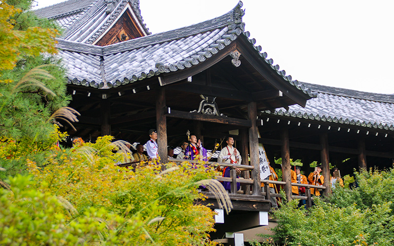 東福寺の通天橋で経をあげる山伏