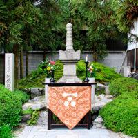 願成寺の開基-阿保親王の墓碑